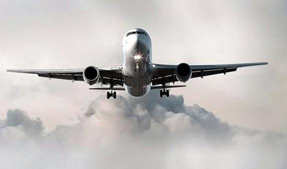 飞机起飞前,一位乘客请求空姐给他倒一杯水吃药